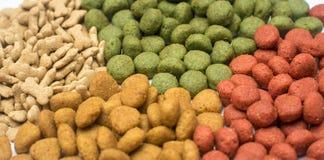 Aliments pour chiens sur un fond blanc Photos libres de droits
