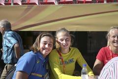 Alina Shukh Ukraine e Sarah Lagger Austria na conferência da imprensa sobre campeonatos do mundo U20 de IAAF em Tampere, Finland2 fotos de stock royalty free
