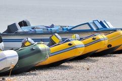 Aline do barco de motor ao lado da água Fotografia de Stock