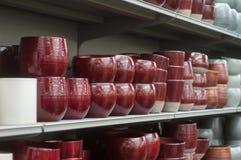 alineación de cerámica de los potes en una tienda que cultiva un huerto Imágenes de archivo libres de regalías