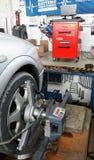 Alineación del wheeel del servicio del coche Imagen de archivo libre de regalías