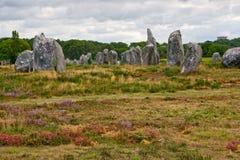 Alineación megalítica prehistórica de los menhires en Carnac Imagenes de archivo