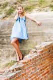 Alineada azul de la polca de la localización del urbex de la muchacha de la manera imagenes de archivo