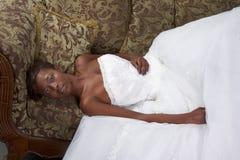Alineada de boda étnica de la novia de la mujer negra en el sofá Foto de archivo libre de regalías