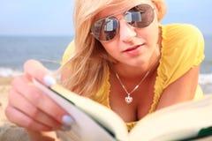 Alineada del amarillo de la muchacha del libro de lectura de la mujer Fotografía de archivo libre de regalías