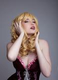Alineada linda de la mujer en carácter cosplay del traje atractivo Imágenes de archivo libres de regalías