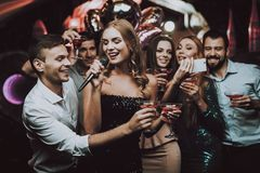 Alineada negra Cante y beba Sonrisa Club del Karaoke fotos de archivo libres de regalías