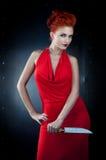 Alineada roja de la muchacha con el cuchillo Fotos de archivo
