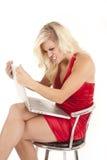Alineada roja de la mujer enojada con el ordenador fotografía de archivo