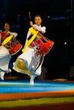 Alineada tradicional de Janggu del tambor del salto coreano de la demostración Imagenes de archivo