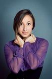 Alineada violeta que desgasta de la chica joven Fotos de archivo libres de regalías