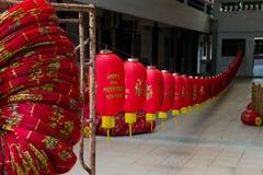 Alinee las linternas chinas con Año Nuevo feliz y próspero de la inscripción Imagenes de archivo