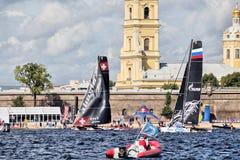 Alinghi och det Gazprom laget på extrema segla katamaran för seriehandling 5 springer på 1th-4th September 2016 i St Petersburg Royaltyfria Foton