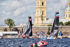Alinghi und Gazprom-Team auf extremen segelnden Katamarann der Reihen-Tat 5 laufen auf 1th- 4. September 2016 in St Petersburg Lizenzfreie Stockfotos