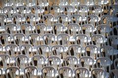 Alinhador longitudinal composto por cadeiras do plástico branco Fotos de Stock Royalty Free