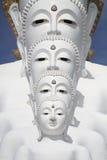 Alinhamento branco do poço da estátua de buddha na frente do céu azul e da montanha Foto de Stock Royalty Free