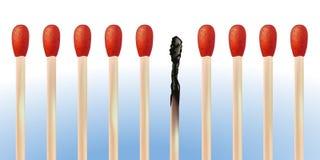 Alinhamento dos fósforos com queimada, símbolo do risco de fogo ilustração royalty free