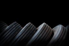 Alinhamento dos pneus no fundo preto, pneus usados Fotografia de Stock Royalty Free