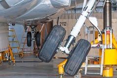 Alinhe acima o chassi da pena de engrenagem no hangar após o reparo de aviões fotos de stock