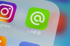 Alinhe o ícone da aplicação no close-up da tela do iPhone X de Apple Linha ícone do app A linha é uma rede social em linha dos me Imagem de Stock
