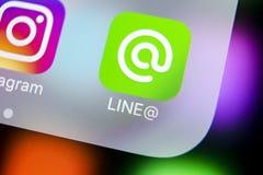 Alinhe o ícone da aplicação no close-up da tela do iPhone X de Apple Linha ícone do app A linha é uma rede social em linha dos me Fotografia de Stock
