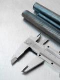 Aliper и hairpins ¡ Ð на поцарапанном металле Стоковое Изображение