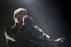 Alisa Xayalith Sings in i hennes mic Arkivfoto