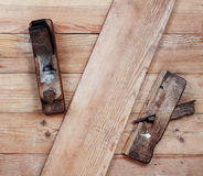 Alisadora vieja dos en los tableros de madera Visión superior Fotos de archivo libres de regalías