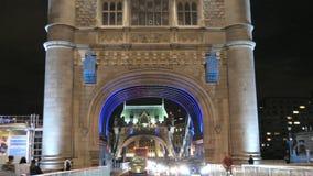 Alise a condução do tiro com o tráfego da noite no símbolo icônico da ponte da torre de Londres 4K filme