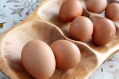 Alise el disco de madera tallado con los huevos Imagen de archivo libre de regalías