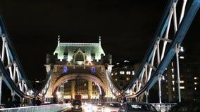 Alise la conducción del tiro con tráfico de la noche en el símbolo icónico del puente de la torre de Londres, Londres, Reino Unid almacen de video