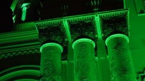 Alise o deslizamento do tiro de St Michael que a igreja Soboras do arcanjo iluminou por cores na noite em Kaunas, Liberty Bouleva vídeos de arquivo