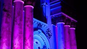 Alise o deslizamento do tiro de St Michael que a igreja Soboras do arcanjo iluminou por cores na noite em Kaunas, Liberty Bouleva filme