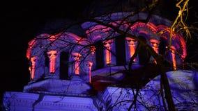 Alise o deslizamento do tiro de St Michael que a igreja Soboras do arcanjo iluminou por várias cores na noite em Kaunas, Liberty  filme