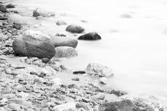 Alise o rio de fluxo com as pedras no lado Foto de Stock
