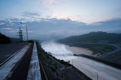 Alise salir el agua de la presa hidroeléctrica en el amanecer Fotografía de archivo libre de regalías