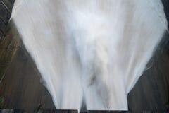 Alise salir el agua de la presa hidroeléctrica en el amanecer Foto de archivo libre de regalías