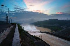 Alise salir el agua de la presa hidroeléctrica en el amanecer Imágenes de archivo libres de regalías