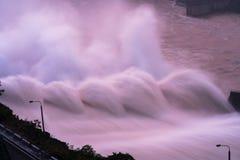Alise salir el agua de la presa hidroeléctrica en el amanecer Fotografía de archivo