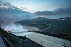 Alise salir el agua de la presa hidroeléctrica en el amanecer Fotos de archivo