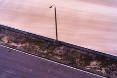 Alise salir el agua de la presa hidroeléctrica en el amanecer Imagen de archivo libre de regalías