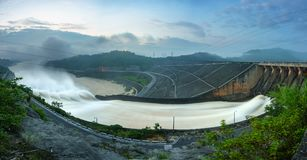 Alise salir el agua de la presa hidroeléctrica en el amanecer Foto de archivo