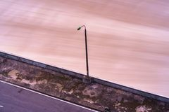 Alise salir el agua de la presa hidroeléctrica en el amanecer Imagen de archivo