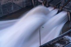 Alise salir el agua de la presa hidroeléctrica en el amanecer Fotos de archivo libres de regalías