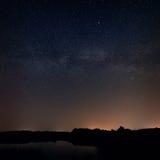 Alise a superfície do lago no fundo o céu estrelado Foto de Stock