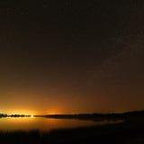 Alise a superfície do lago no fundo o céu estrelado Fotos de Stock