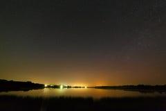 Alise a superfície do lago no fundo o céu estrelado Fotografia de Stock Royalty Free