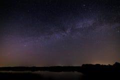 Alise a superfície do lago no fundo o céu estrelado Imagens de Stock