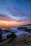 从Aliso国家海滩的日落在拉古纳海滩加利福尼亚 库存照片