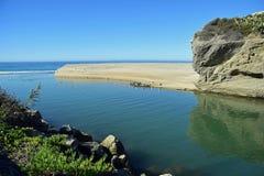 Aliso-Nebenfluss, der in den Ozean an Aliso-Strand, Laguna Beach, Kalifornien ausläuft Stockfoto